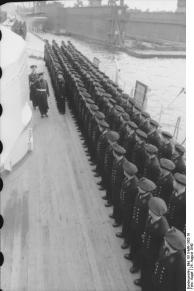 Cerimônia de Comissionamento do encouraçado alemão Bismarck, 24 de agosto de 1940, foto 05 de 10; capitão Ernst Lindemann vindo a bordo