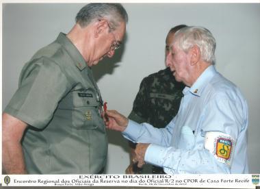 Tenente Monteiro recebe a Medalha Aspirante Mega das mãos do 3º Sargento Rigoberto Souza do 11º Regimento de Infantaria