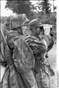 Frankreich, Soldaten mit Fernglas