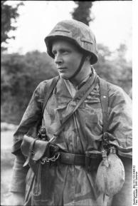 Frankreich, Soldat mit Pistole und Feldflasche