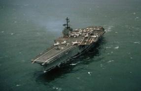 Uma visão aérea de bombordo do USS Forrestal, a caminho aproximadamente um mês depois que uma explosão danificou a navio tirando a vida de 132 tripulantes e ferindo 62, e dois desaparecidos. Julho de 1967. (U.S. Navy/PHC H.L. WISE)