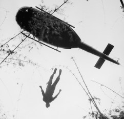 Um corpo de um paraquedista americano é jogado durante uma operação durante a evacuação de uma área próxima a fronteira com o Camboja.