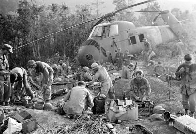 Fuzileiro reforçam seus fox-holes depois de uma ataque norte de forças Viet Gongs