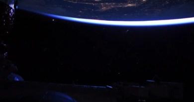 Astronautas na ISS flagram cometa com cauda extremamente brilhante