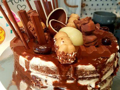 Bizcocho de chocolate y nata relleno de frosting