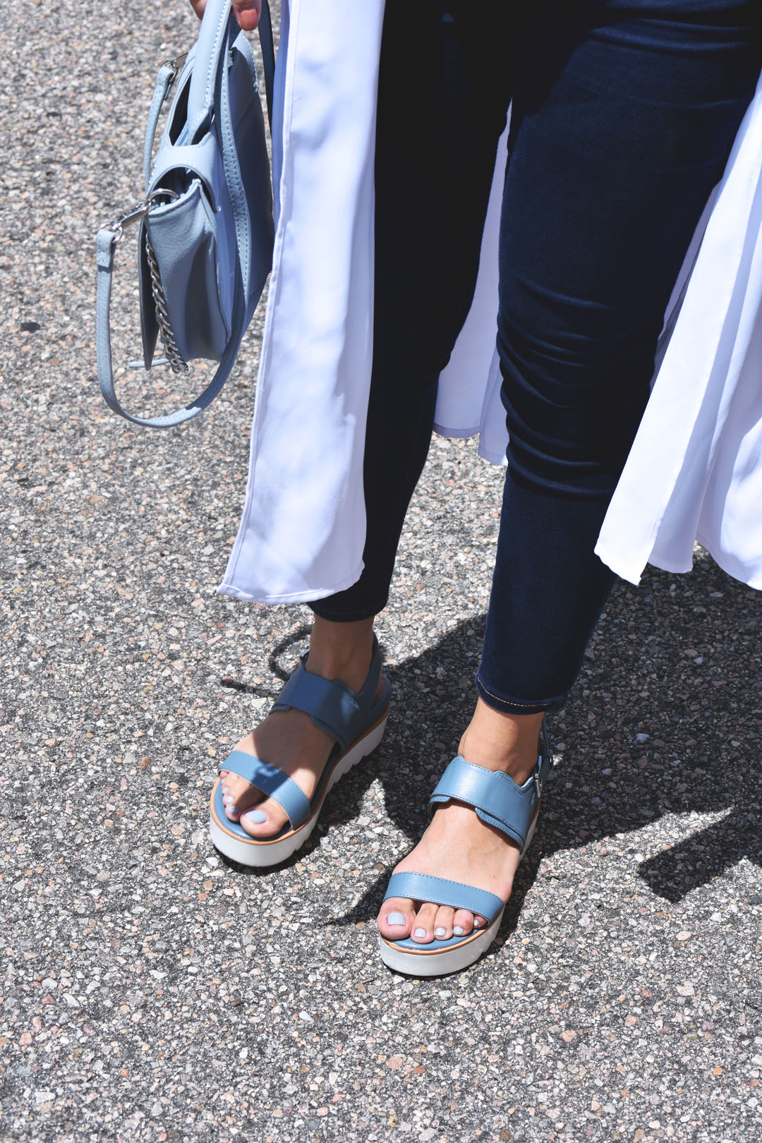 Skechers blue sandals and American Eagle skinny cropped jeggins