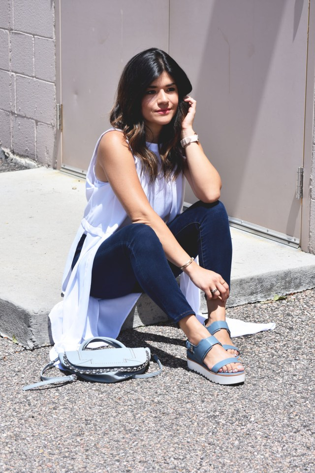 Carolina Hellal of Chic Talk wearing American Eagle jeans, and Skechers blue sandals