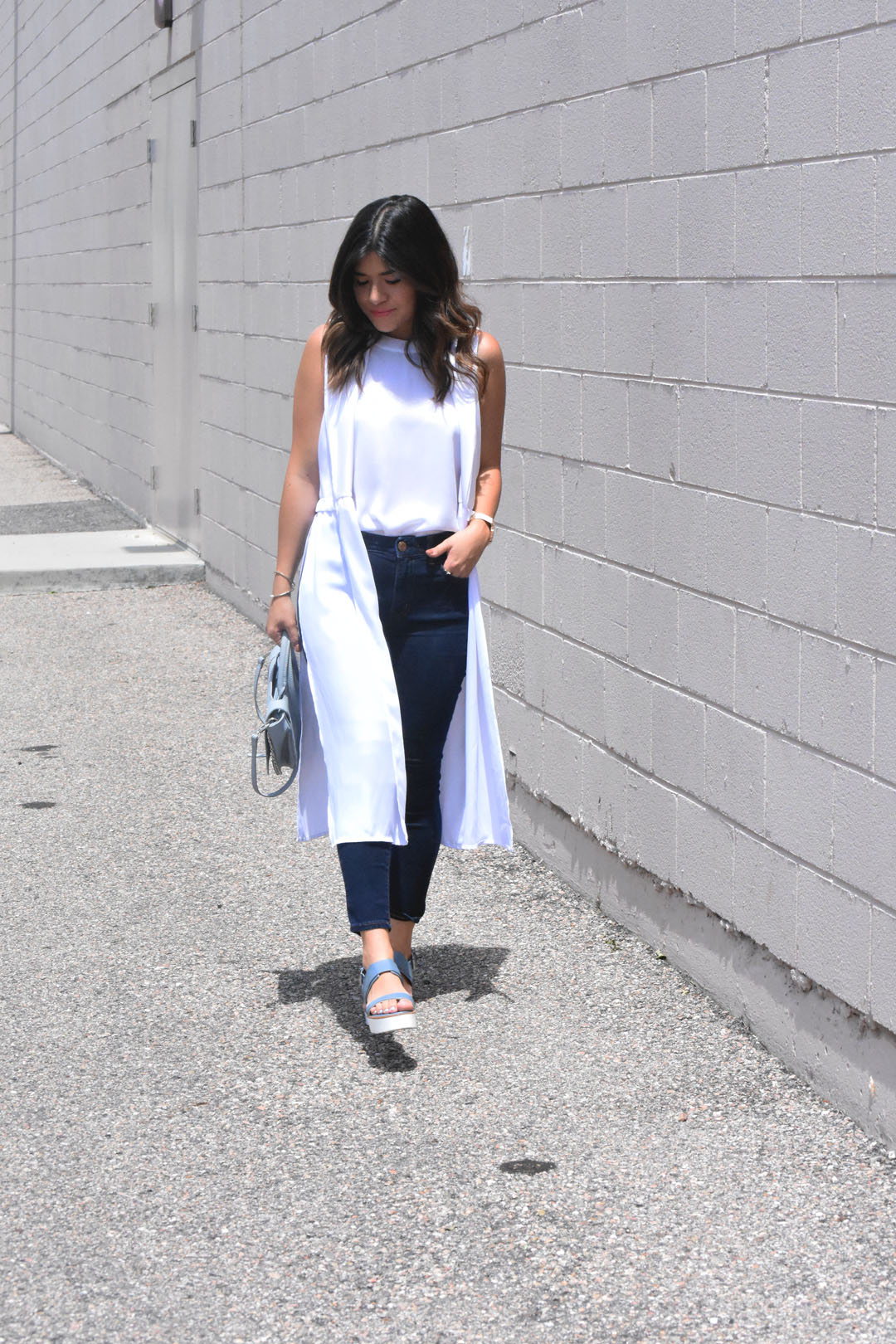 Carolina Hellal of Chic Talk wearing a white vest and top of the colombian brand Ibis jeans, and skechers sandals