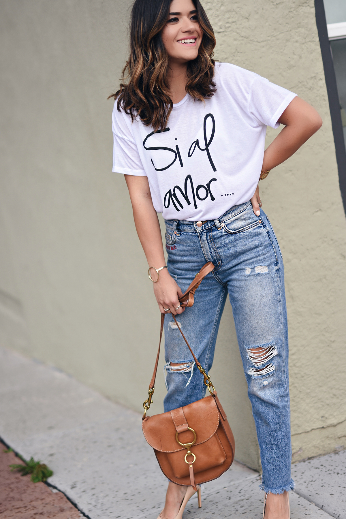 Carolina Hellal of Chic Talk wearing a t-shirt from the Si al amor t-shirt collection  by Chic Talk.