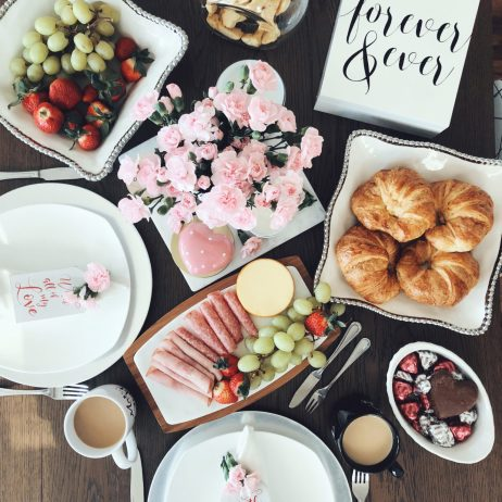 HOW TO  ORGANIZE THE PERFECT SAINT VALENTINE'S  DAY BRUNCH