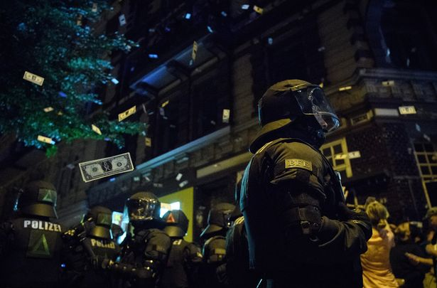 [Photos] 76 police officers injured including two helicopter pilots blinded by laser during anti-G20 riots in Hamburg