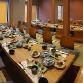 掘りごたつ式の宴会場は35名様まで収容 全ての仕切りを外してテーブル席まで利用で、最大60名程度のご宴会、パーティーに対応します