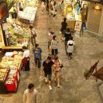 ビルと繋がる近江町市場は近代的。そこで食べたお茶漬けはうまい