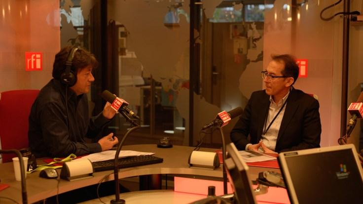 """Jordi Batalllé (RFI-Radio France Internationale-programa """"El Invitado"""") y Pedro Santiago Allemant (Director del filme) : Entrevista sobre el filme """"El Perro sin Pelo del Perú"""" .Photo by Alessandro Pucci"""