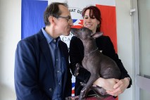 Pedro Santiago Allemant (réalisateur du fillm) et Anne Maclou (éleveuse des chiens nus). Chien : Ixelle de Korrantoh. Photo by Mauricio Alvarez