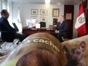 """Pedro Santiago Allemant - realizador del filme """"El Perro sin Pelo del Perú"""" y Manuel Rodríguez Cuadros - Embajador del Perú ante la UNESCO. - Articulo de Stéphanie Houlle de la revista francesa """"30 millions d'amis"""" dedicado al Perro sin Pelo del Perú: """"Le Chien Nu du Pérou – rien à cacher"""" (edición no. 339). Ejemplar de la foto: Unay Pelito - personaje del filme """"El Perro sin Pelo del Perú"""" (appp © todos los derechos reservados para todos los países)"""