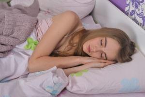 熱帯夜に安眠する女性