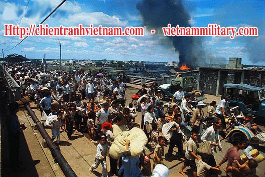 Dân chạy nạn trên cầu chữ Y ở Sài Gòn trận Tết Mậu Thân 1968 trong chiến tranh Việt Nam - Peoples runs on Y Bridge in Sai Gon in Tet Offensive 1968 in Viet Nam war