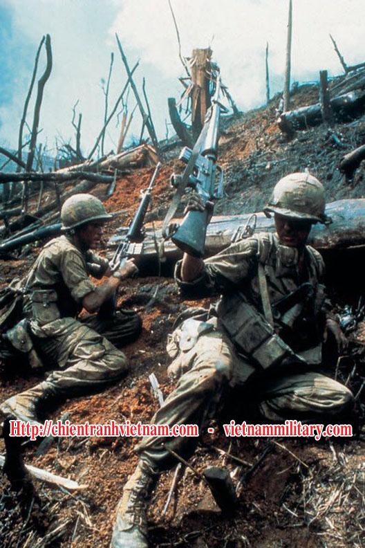 Lính Mỹ thuộc lữ đoàn 173 Nhảy Dù đang chiến đấu trong trận đánh cao điểm 875 Đắk Tô trong chiến tranh Việt Nam - Us 173rd airbone brigade soldiers are fighting in battle of Hill 875 Dak To in Viet Nam war