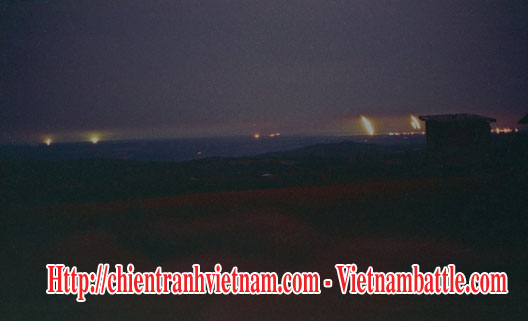 Căn cứ Tân Lâm về đêm , hỏa châu được thắp sáng và pháo bắn liên tục suốt đêm - Camp Carroll at night, flares drifting down plus incoming and outgoing, action day and night