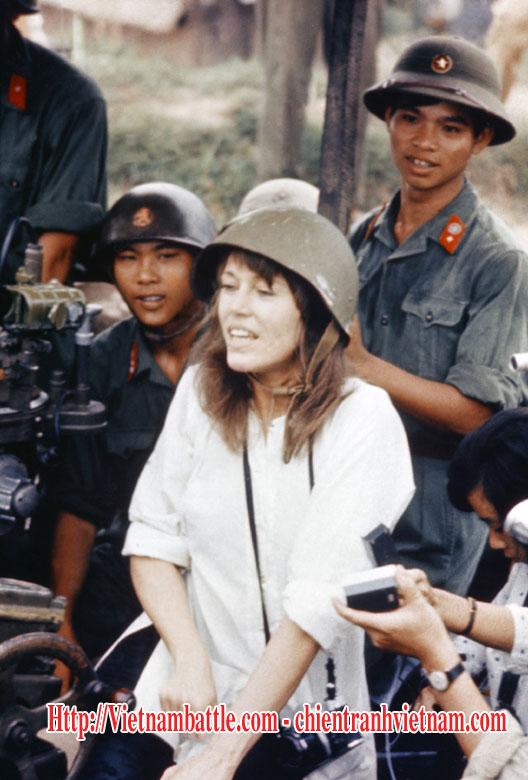 Diễn viên điện ảnh Hollywood - Nữ hoàng phản chiến Jane Fonda tiếp tục bị khơi lại chuyện cũ về chiến tranh Việt Nam và bị chỉ trích - Hanoi Jane, visits anti-aircraft gun position near Hanoi, Vietnam, July 1, 1972 in Viet Nam war