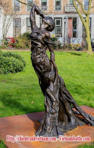 """Tác phẩm điêu khắc """"Mẹ và con"""" do các thành viên nhóm chiến dịch Công lý cho Lai Đại Hàn (JLDH) đặt tại quảng trường St James, Westminster ở London nói về những vụ thảm sát và nỗi thống khổ của phụ nữ bị cưỡng hiếp và con lai của lính Đại Hàn trong chiến tranh Việt Nam"""