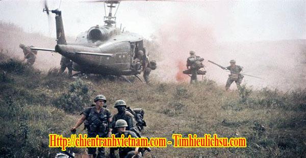 Các trực thăng Mỹ đang tiếp tế đồi 881 Nam với chiến thuật Đàn Ngỗng trong trận đánh Khe Sanh trong chiến tranh Việt Nam - Helicopters with Super Gaggle technique at hill 881 South in Battle of Khe Sanh - Siege of Khe Sanh 1968 in Vietnam war