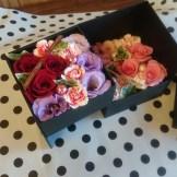 商品No.350001/BOX参考価格:5400円 二段式のBOXフラワーです。 お祝いのプレゼントに最適!!照れ屋さんにオススメお花が箱の中に納まります。