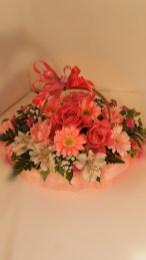 商品No.130011/アレンジメント参考価格:3240円サイズH24 W24 D24 ピンク系でお作りする「おまかせアレンジメント」です。 当店デザイナーが厳選素材でお作り致します。 写真は制作例です。その時の一番良い花でお作り致します サイズも目安となります。ご了承下さい