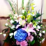 商品番号【AS141000002】¥10800 洋風花材をメインに作成してます。ご葬儀や法事に利用できます。 【写真は一例です。その時の入荷した鮮度の良い花でお作り致します。】 花の種類などが多少異なる場合がございますが、 あらかじめご了承ください。