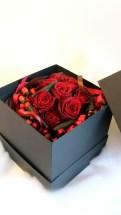商品No.345017/BOXフラワー参考価格:5400円3つに分かれる特殊なオリジナルBOXに入れてお届けします。上からのぞくだけではなくBOXを開いてBOXごとディスプレイしながら楽しむ事が出来ます。人とちょっと違うプレゼントがしたい方サプライズに贈りたい方に大人気!! (写真は一例ですその時の新鮮なお花で作製します )