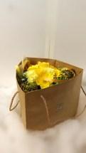 商品番号【230021】参考価格¥3240バッグinブーケ風花束の紹介です(^з^)-☆ 送別会等の送別の花束として考えました!! 花束を貰っても記念品やらで持って帰るの大変ですよね(;_;) こちらは、袋に合わせて作った花束です!可愛らしくて、持ち運び便利... 三角の袋もツボです!!是非、ご利用下さいね