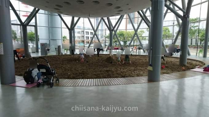 釧路市こども遊学館 入口の砂場
