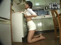 扉の取っ手の部分に乳首を擦り付けてチクニーをするフェチズム満載な女性