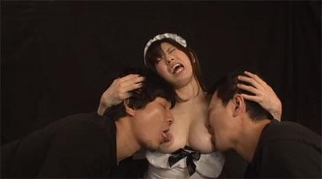 両方の乳首を激しく舐められ乳首イキ