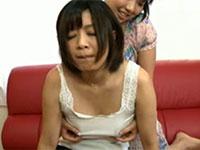 熟女のデカくて黒い乳首を舐めるポニーテールの女の子