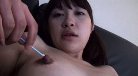 綿棒で乳首オナニーをする黒髪ツインテール美少女