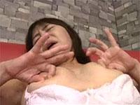 熟した人妻の両乳首つまみオナニー。歳をとっても乳首の感度は落ちない熟女