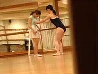 バレースクールで熟女講師に乳首を執拗に弄られる可愛い若妻