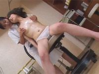 女性マッサージ師の乳首マッサージに耐えきれず乳首イキする貧乳女子