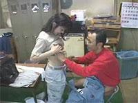 工場と乳首。職場で愛が芽生え、そのまま更衣室で乳くりあう中年と女子工員