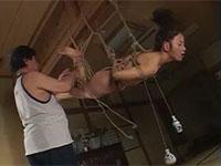 乳首を紐で縛って瓶を垂らす乳首調教。瓶の重さでデカ乳首がさらに伸びる!