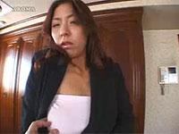 熟女、村上涼子の服の上から勃起した乳首を爪で弄って興奮させる