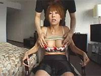 背後から乳首を弄られてお股が疼いちゃう熟女