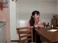 テーブルの角にちくびを擦り付けてオナニーする欲求不満妻