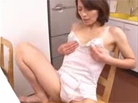 貧乳母がコリコリの勃起乳首を弄りながら台所でオナニーを・・・