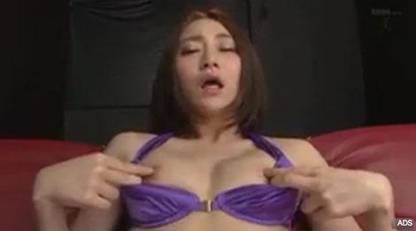 越川アメリさんのエロい乳首オナニーシーン