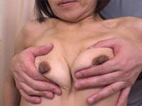 昔は巨乳、今は干しブドウの哀乳熟女がパコパコママに登場!