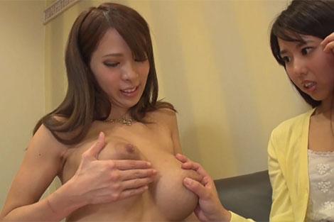 エマちゃんの母乳を見てきょとん顔の素人女性