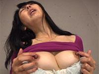 黒飴のようなデカ乳首を弄りながらスケベな乳首オナニーを見せてくれる熟妻